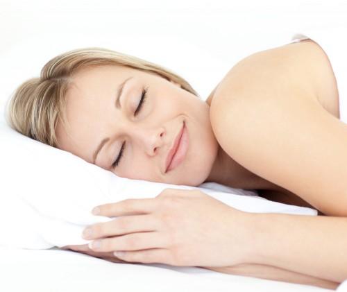 Imagem da notícia: Escovar dentes às escuras pode ser solução para boa noite de sono